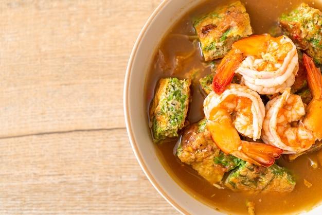 Soupe aigre à base de pâte de tamarin aux crevettes et omelette aux légumes - style cuisine asiatique