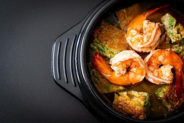 Soupe aigre faite de pâte de tamarin aux crevettes et omelette aux légumes - style cuisine asiatique