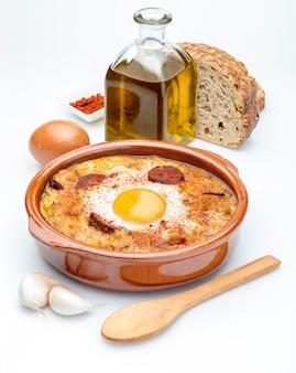 Soupe à l'ail et au pain (espagnol, espagnol). isolé