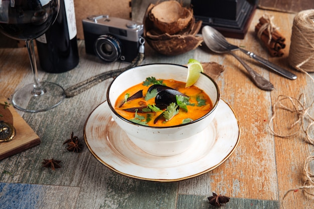 Soupe appétissante aux fruits de mer tom yam