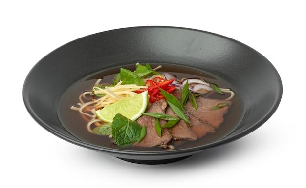 Soupe asiatique au boeuf et nouilles udon isolated on white