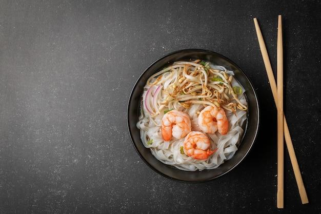 Soupe asiatique aux bouillons de nouilles pho tom