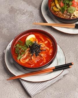 Soupe asiatique aux fruits de mer. cuisine traditionnelle chinoise et coréenne