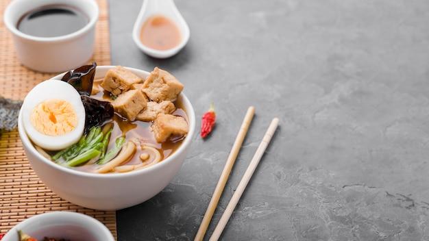 Soupe asiatique aux nouilles ramen et baguettes