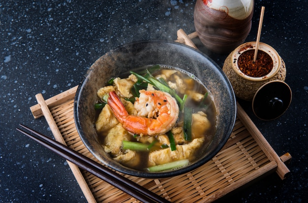 Soupe asiatique aux œufs et crevettes