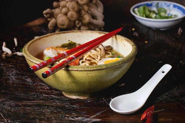 Soupe asiatique ramen aux crevettes