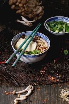 Soupe asiatique ramen à la feta