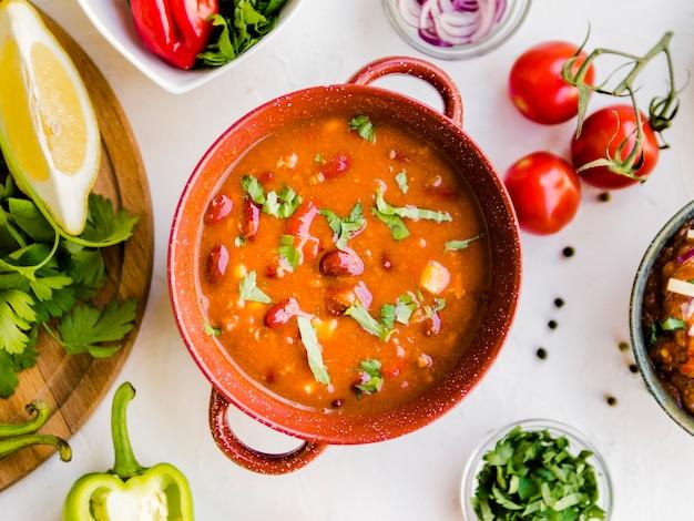 Soupe au chili dans un pot en céramique