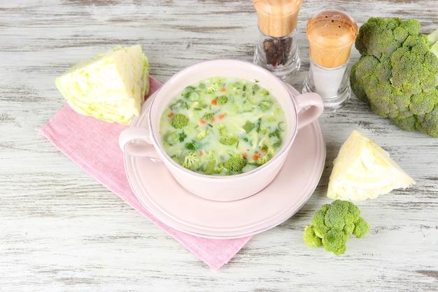 Soupe au chou en assiette sur serviette sur table en bois