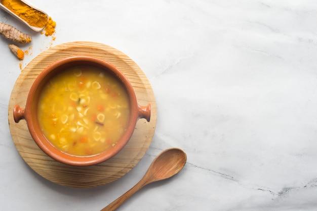 Soupe au curcuma et aux légumes