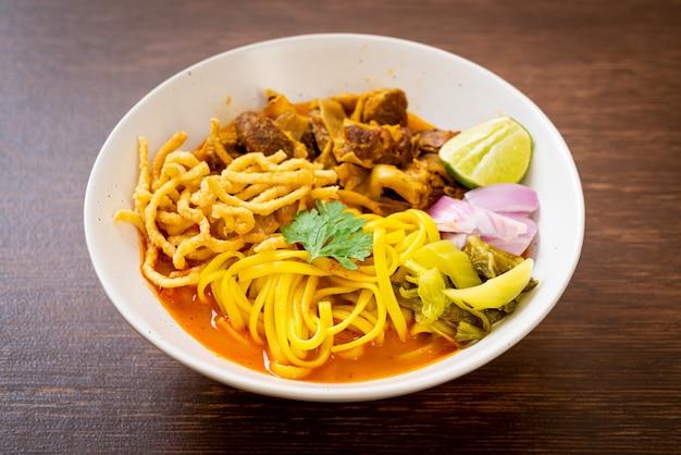 Soupe au curry de nouilles du nord de la thaïlande avec du porc braisé - style cuisine thaïlandaise