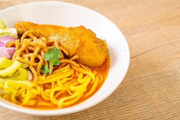 Soupe au curry de nouilles du nord de la thaïlande avec poulet (kao soi kai) - cuisine thaïlandaise