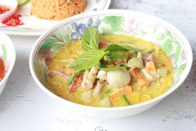 Soupe au curry vert maison avec boulette de poisson aux crevettes et légumes et fruits de mer délicieuse cuisine asiatique en thaïlande.