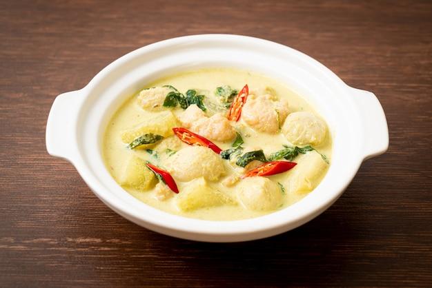 Soupe au curry vert avec porc haché et boule de viande