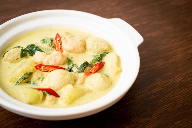 Soupe au curry vert avec porc haché et boulettes de viande