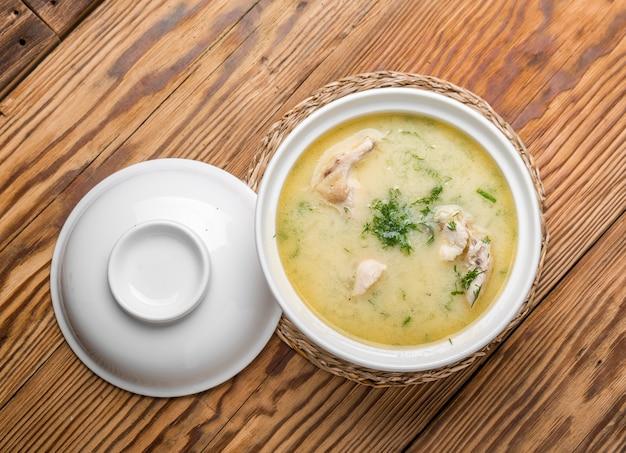 Soupe au fromage avec du poulet et des légumes