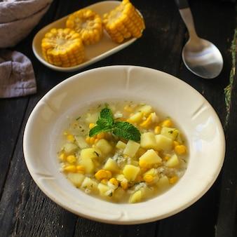 Soupe au maïs et légumes (entrée, plat végétarien)