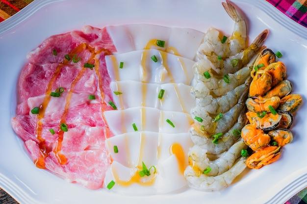 Soupe au pot de porc crevettes calmar fruits de mer