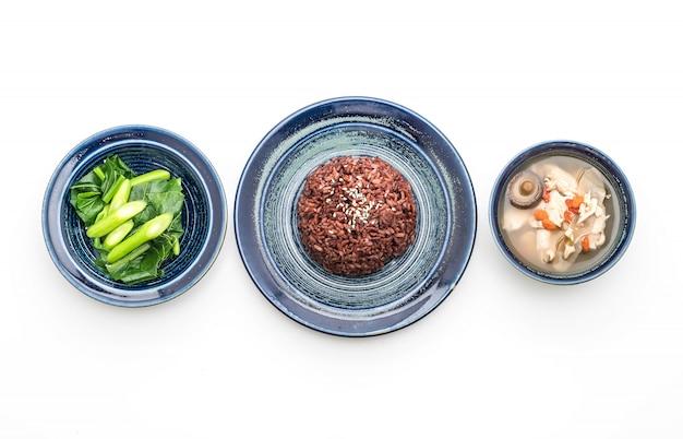 Soupe au poulet et aux herbes, chou chinois avec du riz aux baies