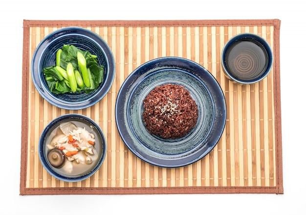 Soupe au poulet et aux herbes, chou chinois avec riz aux baies