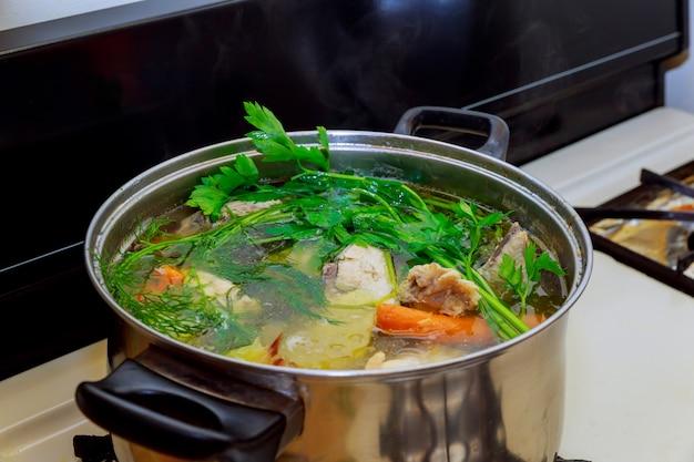 Soupe au poulet dans un bol