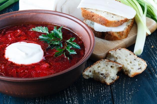 Soupe aux betteraves. bortsch traditionnel russe