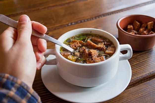 Soupe aux biscuits. bouillon de poulet avec craquelins.