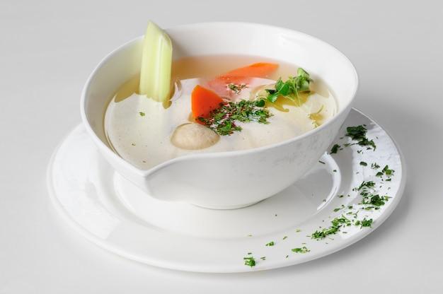 Soupe aux boulettes de dinde, pommes de terre et légumes.