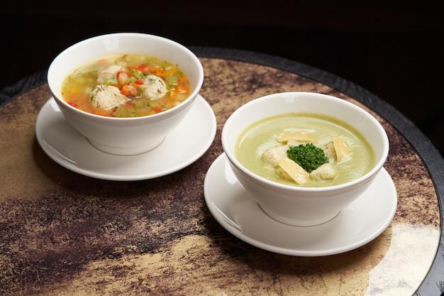 Soupe aux boulettes de poulet et légumes. assiette blanche avec plat traditionnel de la pâque juive soupe aux boules de matzo