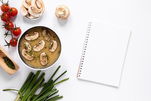 Soupe aux champignons et bloc-notes vide