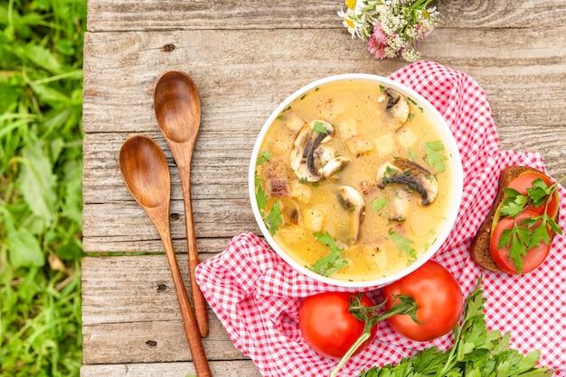 Soupe aux champignons avec croûtons.