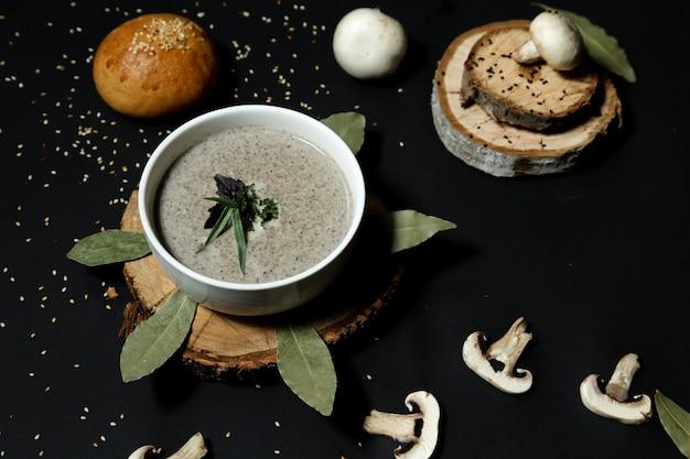 Soupe aux champignons dans le bol