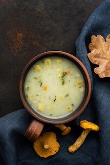 Soupe aux champignons et feuilles