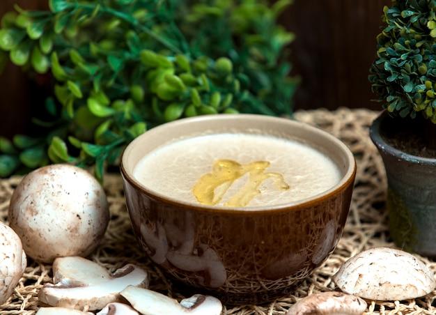 Soupe aux champignons avec huile versée