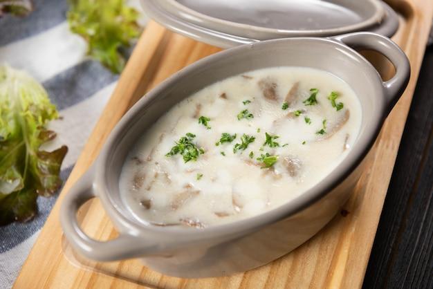 Soupe aux champignons et légumes verts