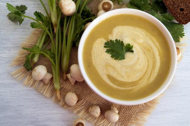 Soupe aux champignons de régime maison sur un fond clair.