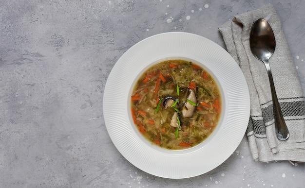 Soupe aux champignons shiitake asiatique, recette de la nourriture végétalienne, cuisine asiatique, cuisine chinoise