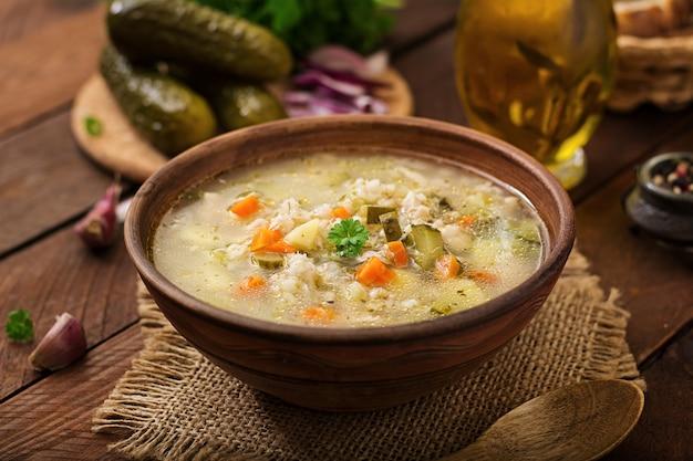 Soupe aux concombres marinés et orge perlé - rassolnik