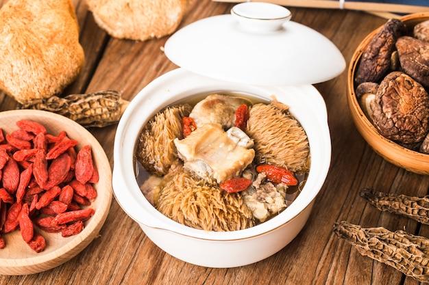 Soupe aux côtes d'héricium ragoût de nourriture chinoise