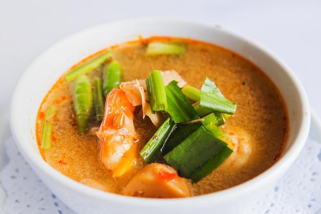 Soupe aux crevettes et citronnelle aux champignons