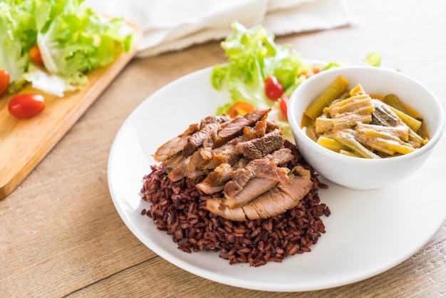 Soupe aux épinards avec eau de porc et curry avec riz aux baies