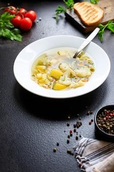 Soupe aux légumes bouillon de premier plat, pomme de terre, chou-fleur, pâtes sans viande