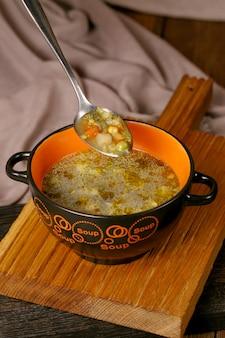 Soupe aux légumes sur le bouillon
