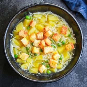 Soupe aux légumes pois verts et petites pâtes fines