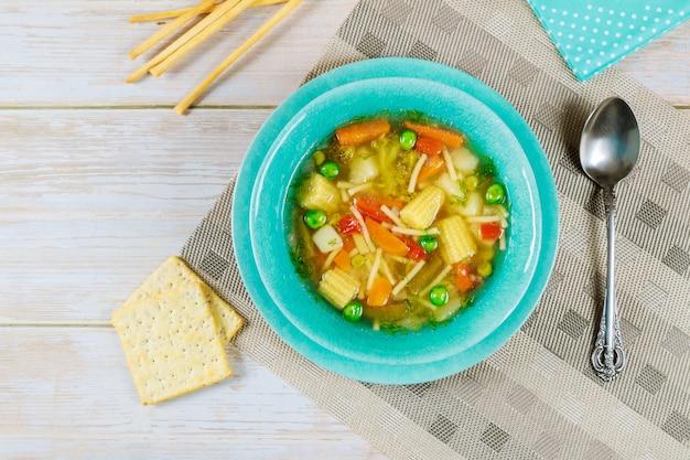 Soupe aux légumes saine avec pois, poivron, carotte, pomme de terre, maïs et brocoli.