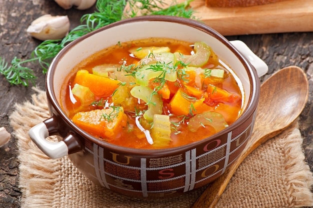 Soupe aux légumes sur le vieux bois