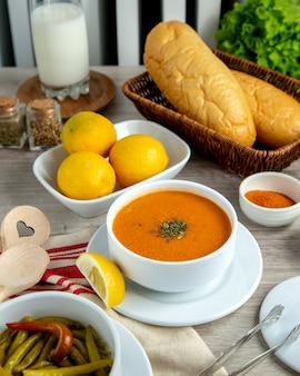 Soupe aux lentilles citron épices verts vue latérale