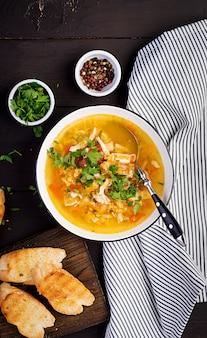 Soupe aux lentilles rouges avec viande de poulet et légumes