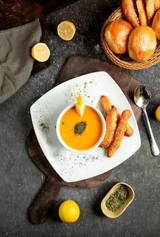 Soupe aux lentilles avec une tranche de citron saupoudrée de menthe séchée