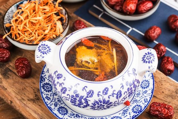 Soupe aux os de porc aux fleurs de cordyceps food cuisine chinoise